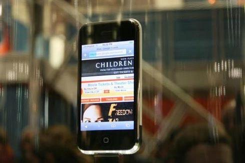 Фото реального iPhone, вращающегося в стеклянном колпаке на презентации Apple